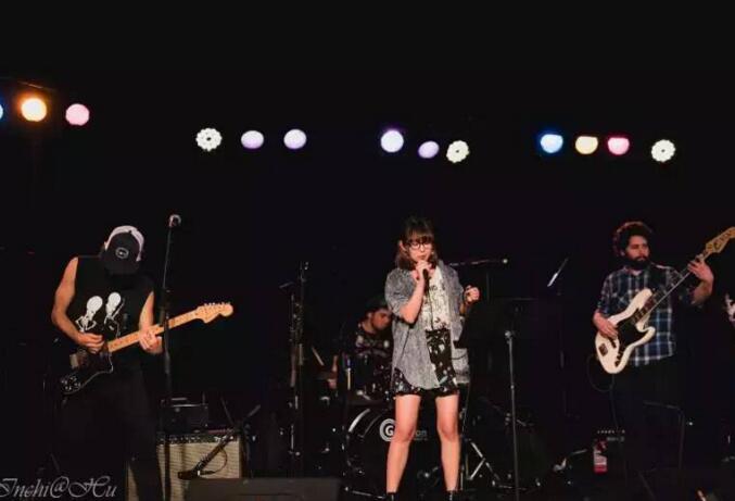 茶理理和乐队在TilDawn演唱会上