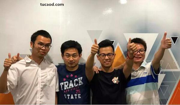 《DinosaurPark》团队共8名成员,图为4名技术开发,左二为核心成员Jam。