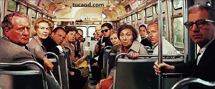 重庆公交车堕江_道德与现实的困境,那一辆奔下长江的公交车