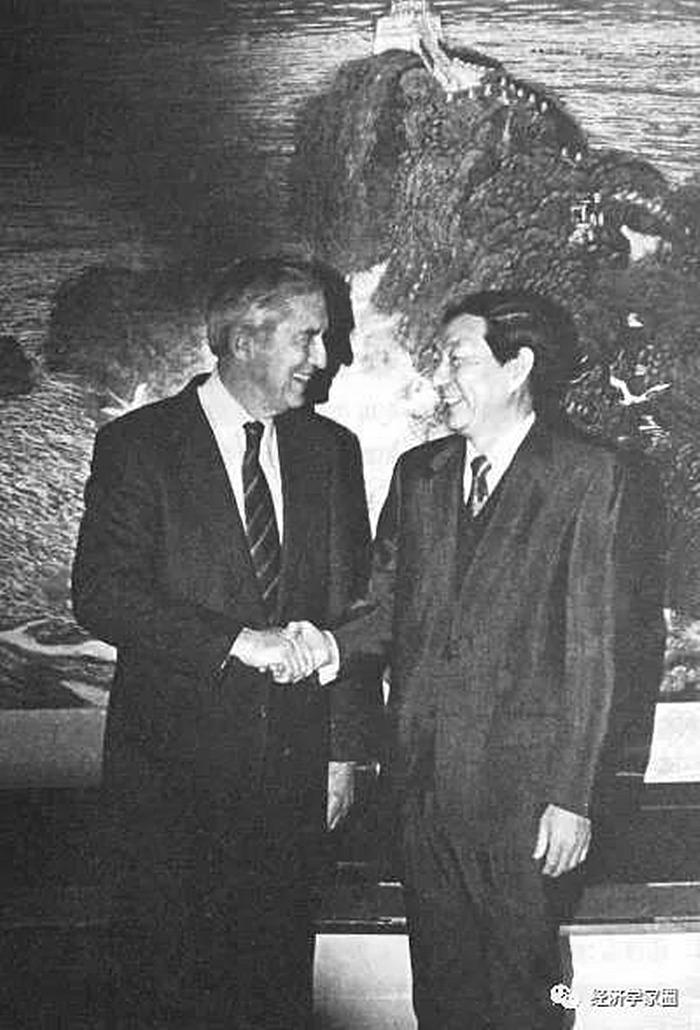 1994年1月20日,朱镕基在人民大会堂会见美国财政部部长本特森。 (新华社记者 齐铁砚 摄) 记者张伟 《 青年参考 》( 2011年09月14日 01 版)