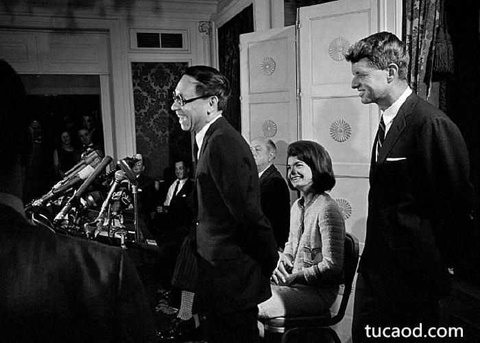 贝聿铭和肯尼迪家族一起召开记者招待会
