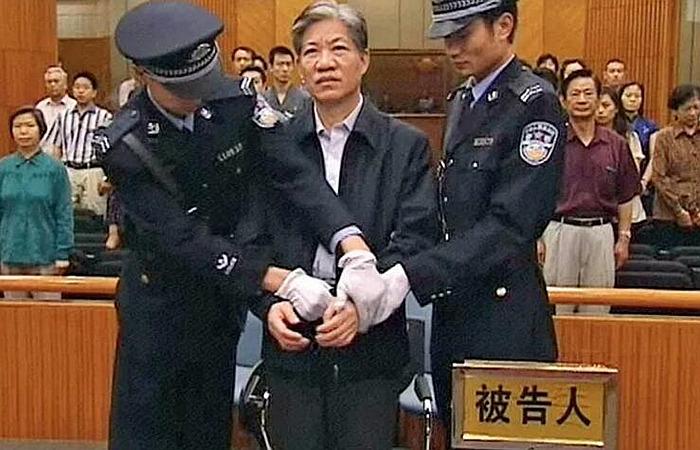 早在十年前的2006年,原国家药监局局长郑筱萸以受贿罪和渎职罪被捕入狱,最后判处死刑立即执行。